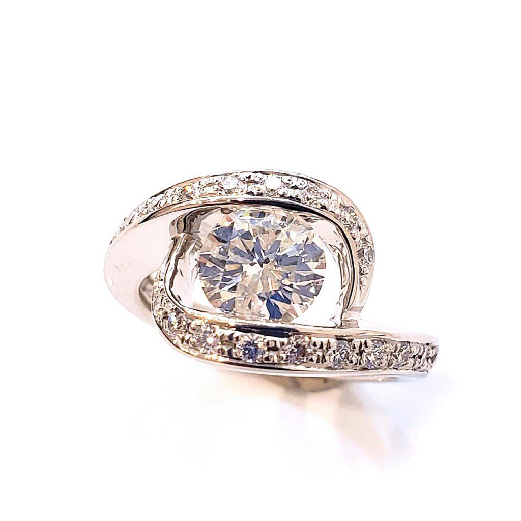 想いの詰まったダイヤリングを、デザイン性溢れる婚約指輪へ